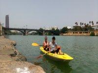 Amigas a bordo del kayak por el puente de Triana