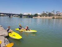 montandose en el kayak