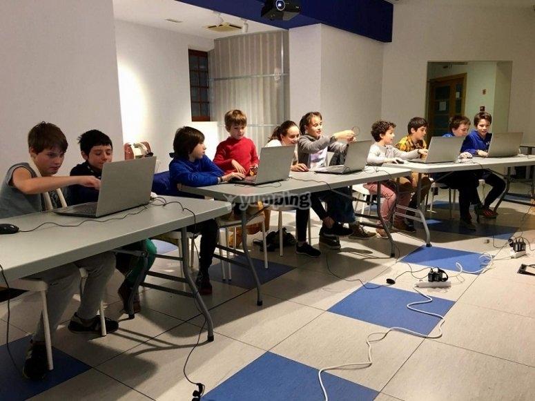 Los niños con sus ordenadores
