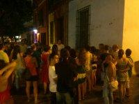 grupo de gente de pie en la calle de noche