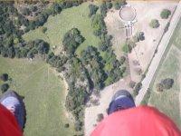 pies de un piloto de ala delta
