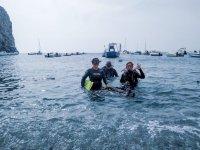 潜水员在岸上