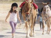 Nina con i cavalli