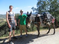 Viajero y guia con la mula
