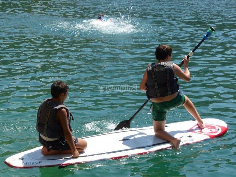 Chicos compartiendo tabla de paddle
