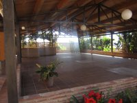 Patio con techos de madera