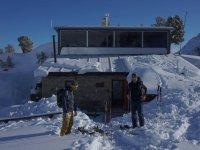滑雪者滑雪者在寻找的避难所地平线