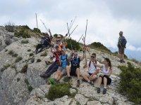 Seduto sulla montagna con bastoncini