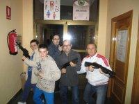 Familia con armas para vencer a los zombies