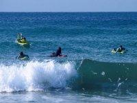 Alumnos surfeando la ola