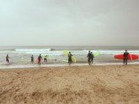 Entrando al agua con las tablas para surfear