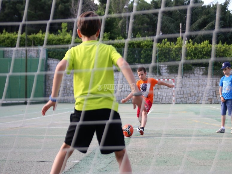 Jugando al fútbol en el campamento