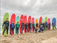 Alumnos de surf en la orilla con las tablas