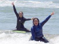 Nuestras alumnas de surf sobre las tablas