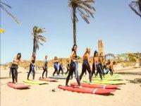 Práctica de surf en la arena
