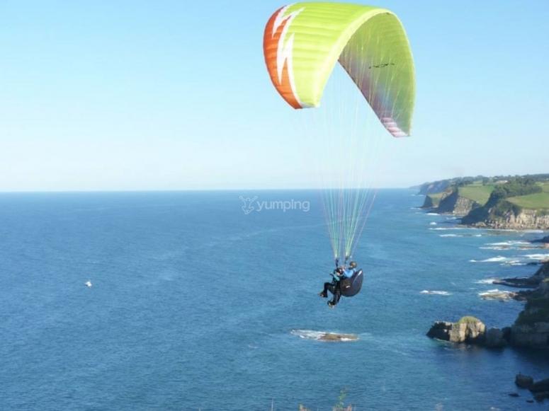 Parapente elevándose sobre el mar