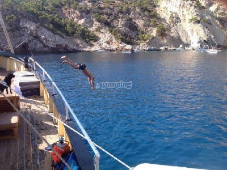 Lanzandose al agua desde el barco
