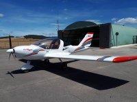 Aeronave a la entrada del hangar