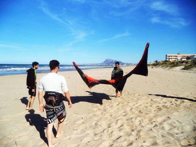 Colocando el equipo de kitesurf en playa de Denia