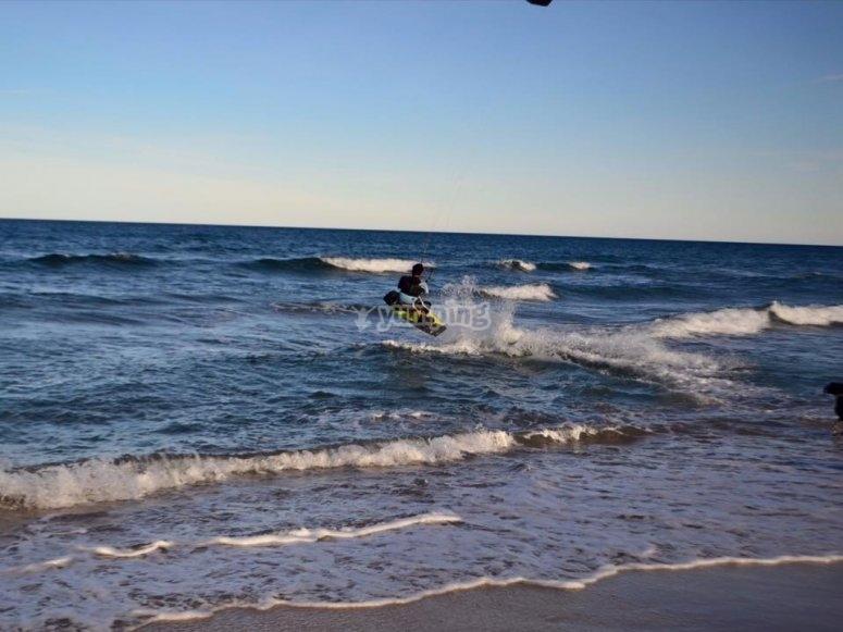 saltando en kite surf