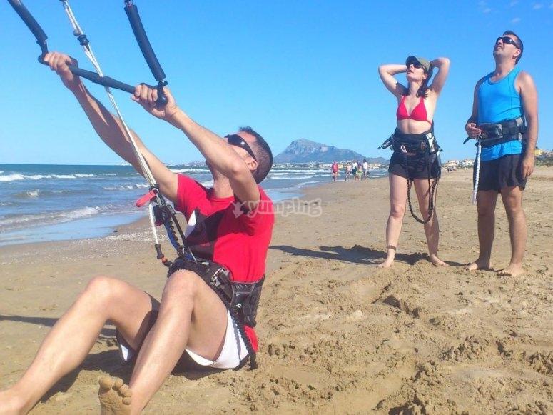 Viendo como se eleva la cometa de kitesurf en Denia