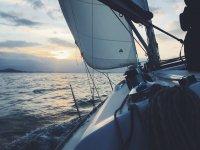 享受水和帆船