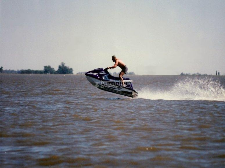 Motos de agua a velocidad