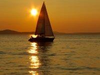 En velero al atardecer