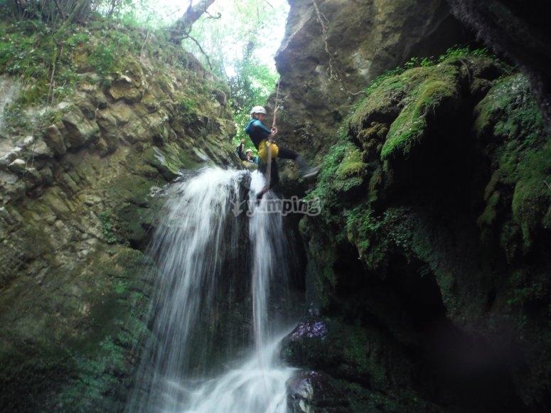 峰瀑布的水冲沟