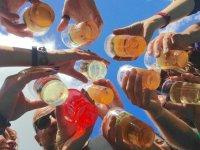 Brindando con vasos de plastico