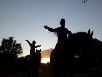 Montando a caballo al atardecer