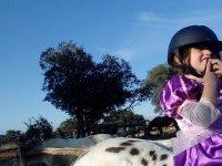 Princesa con casco sobre caballo