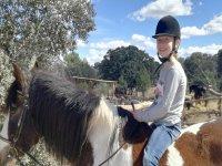 Nina montando a caballo