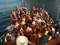 组在船上享受一个下午的男人们