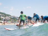 标志加泰罗尼亚Escola的冲浪学生做他的第一个进球学生