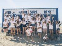 Alumnos del campamento de surf