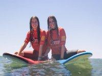 Haciendo amigas surfistas