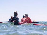 Instructora con alumna de surf