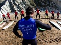 Monitor de surf dando clase