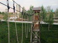 puente de madera de un parque multiaventura.jpg