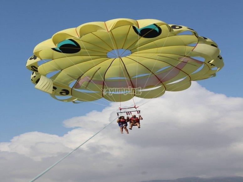 在降落伞上飞得很高