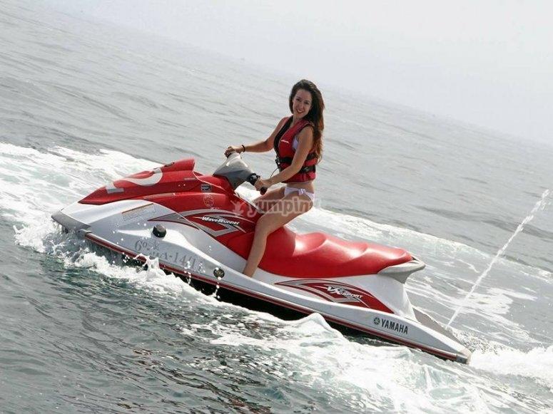 享受摩托艇
