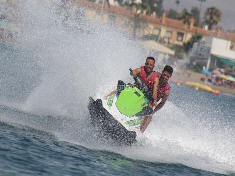 享受水上摩托艇