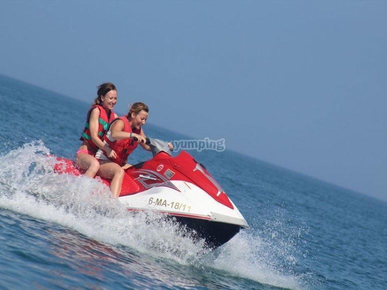 驾驶水上摩托艇