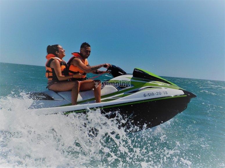 Pareja acelerando en la moto de agua