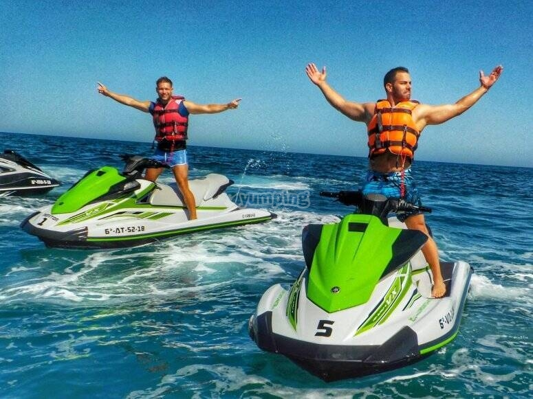 Amigos a en las motos de agua