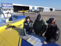 Revisando la ruta sobre el plano del avion