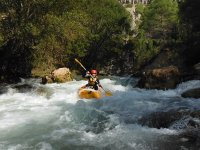 Kayak en el rio de aguas bravas