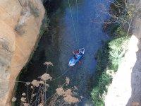 Recogiendo al saltador en canoa
