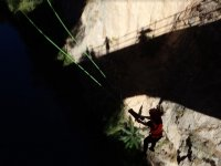 Sombra de puente y aventurera durante la caida